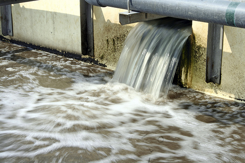 Water flowing at a waste water treatment facility. Manila, Philippines. Photo: Danilo Pinzon / World Bank